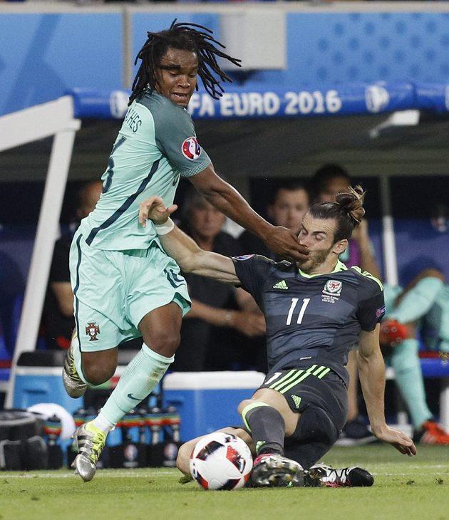 Velšan Gareth Bale (vpravo) odebírá míč Portugalci Renatu Sanchezovi.