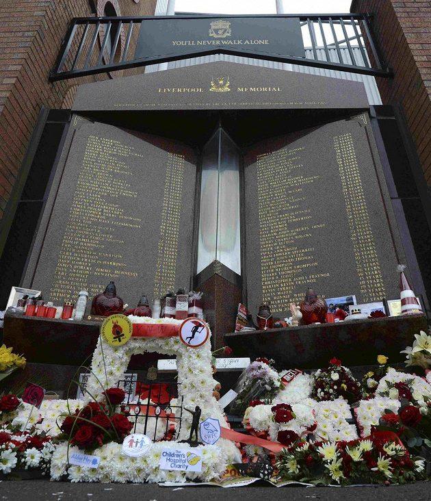Před liverpoolským stadiónem Anfield Road si fanoušci mohou připomenout jména všech obětí tragédie v Hillsborough.