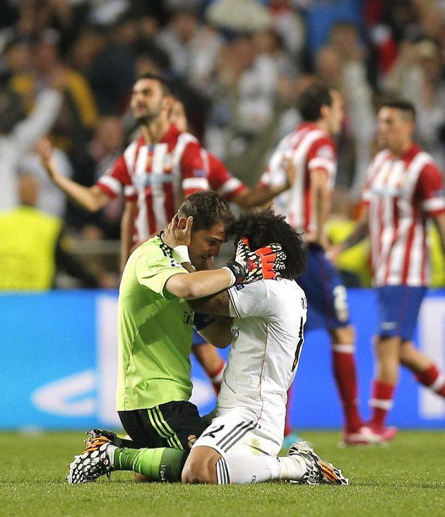 Marcelo (vpravo) a Iker Casillas z Realu během finále.
