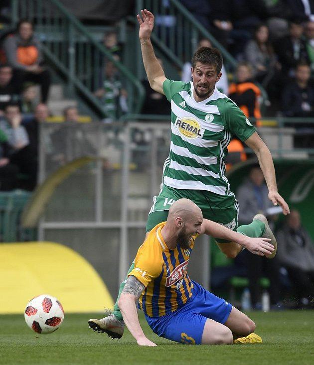 Tomáš Smola z Opavy (dole) padá na zem po faulu Michala Šmída z Bohemians (nahoře).