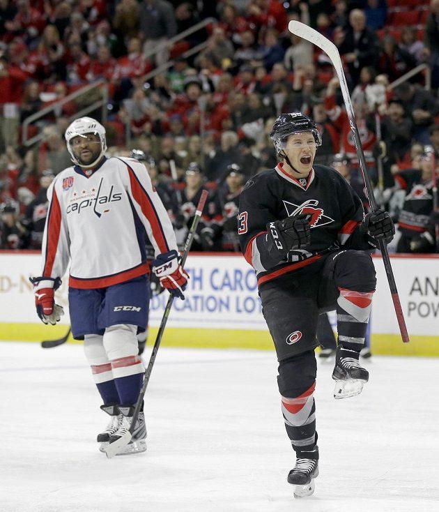 Kontrast na ledě - zatímco útočník Skinner oslavuje svůj gól za Carolinu, Joel Ward (v pozadí) jen smutně přihlíží.