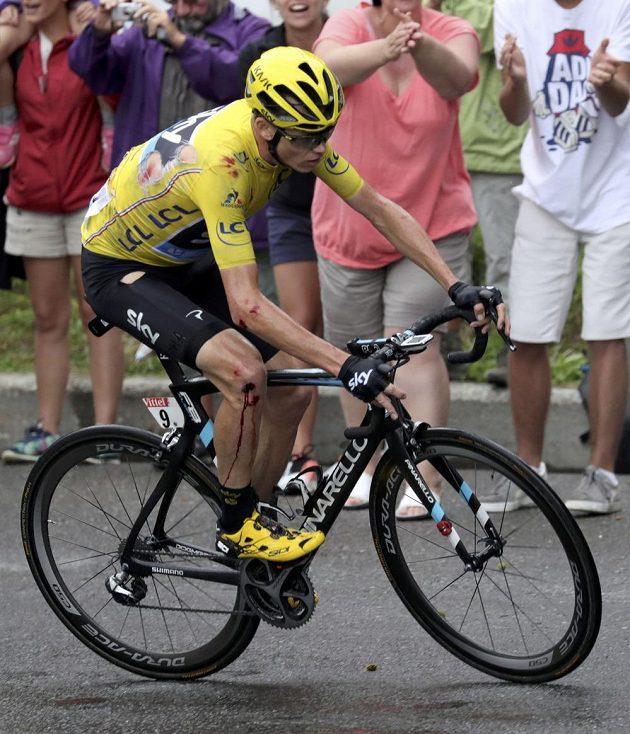 Vedoucí muž Tour de France Chris Froome s krvavým kolenem a roztrhaným dresem po pádu v 19. etapě.