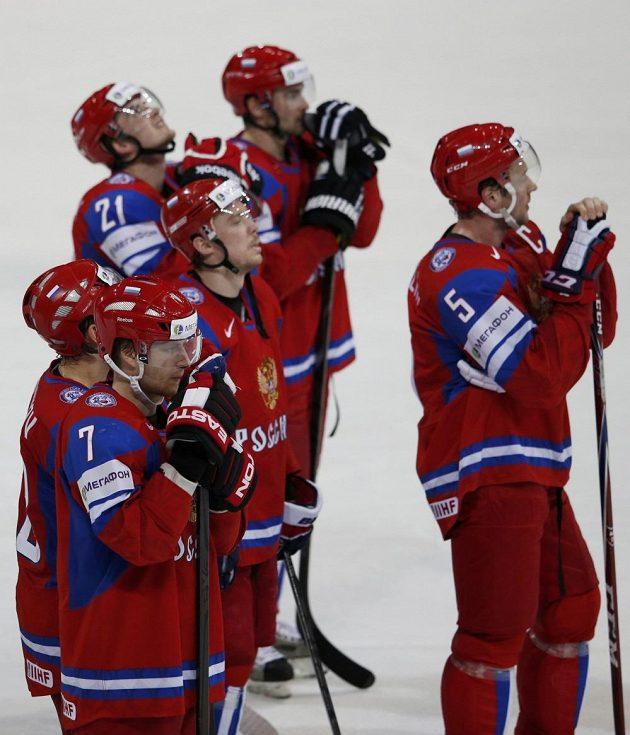 Zklamaní ruští hokejisté po překvapivé prohře s Francií.