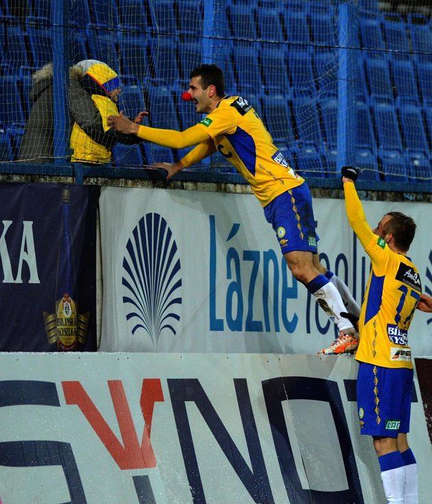 Teplický Admir Ljevakovič (uprostřed) se raduje se svým synem z gólu. Vpravo obránce Tomáš Vondrášek.
