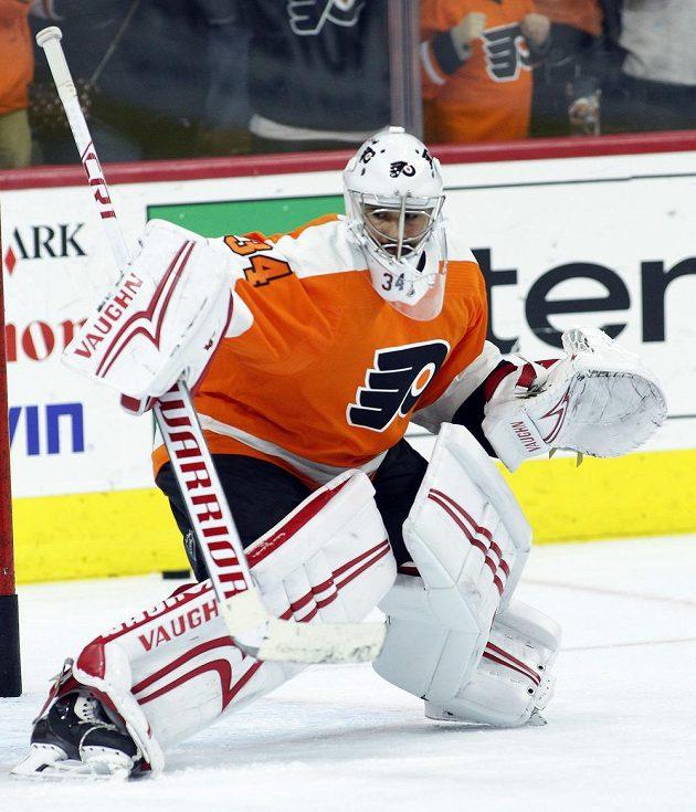 Český brankář Petr Mrázek už se ukázal fanouškům v novém dresu Philadelphie Flyers, kam jej poslal Detroit. Do zápasu zatím nezasáhl.