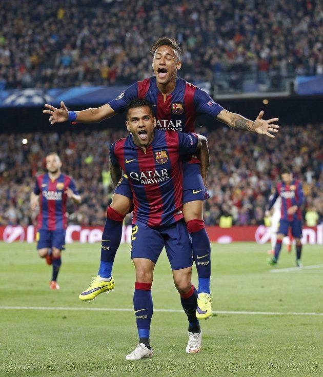 Neymar (nahoře) oslavuje s Danim Alvesem svoji trefu do sítě PSG.