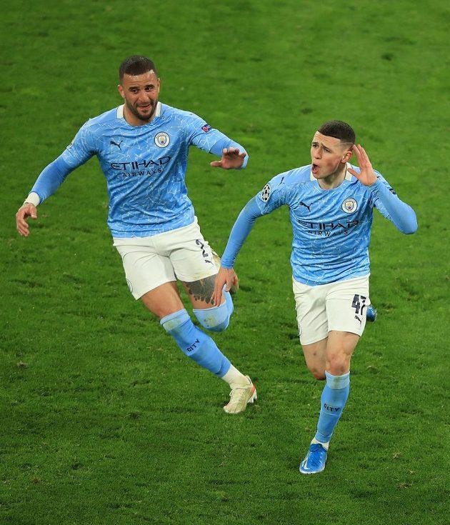 Phil Foden (vpravo) z Manchesteru City se raduje s Kylem Walkerem po gólu proti Dortmundu.