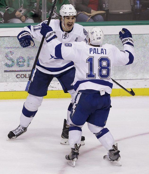 Hokejisté Tampy Bay Brian Boyle (č. 11) a Ondřej Palát slaví gól v síti Dallasu.