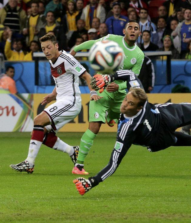 Alžířan Fauzí Ghulám (v zeleném dresu) tímto pokusem ohrozil branku Manuela Neuera, ale gól nevstřelil.