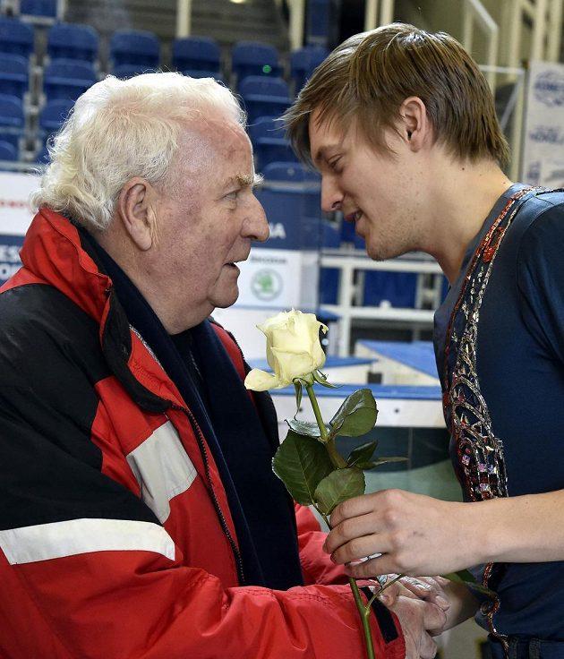 Show na počest 80. narozenin Karola Divína. Na snímku oslavenci blahopřeje Tomáš Verner.
