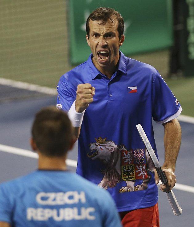 Radek Štěpánek se raduje během zápasu čtyřhry v rámci semifinále DC na půdě Japonska.