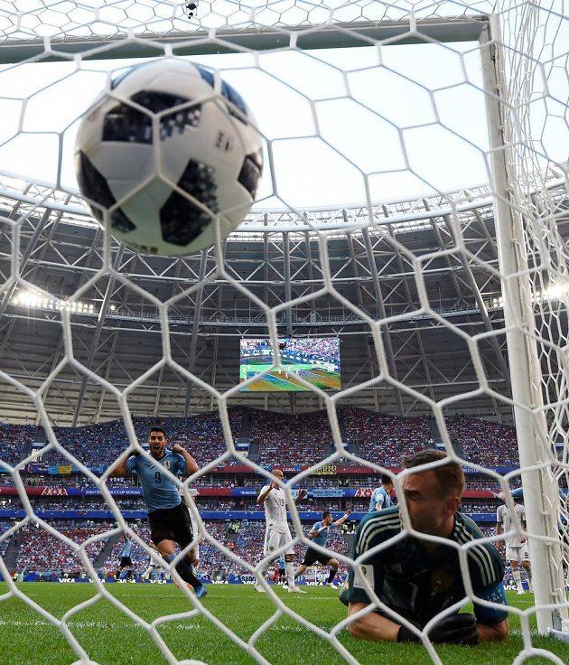 Po tečované střele Diega Laxalta už se míč třepe v síti, ruský brankář Igor Akinfejev zasáhnout nestačil.