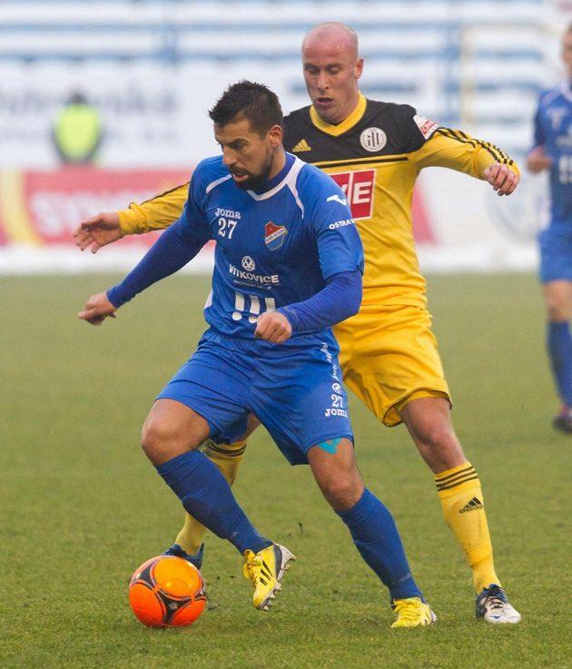 Milan Baroš (vlevo) ve svém prvním zápase po návratu do Baníku Ostrava při souboji s budějovickým útočníkem Táborským.