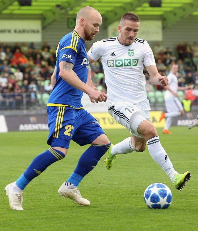 Jan Javůrek z Jihlavy a Dávid Guba z Karviné v akci v úvodním utkání baráže o první fotbalovou ligu.