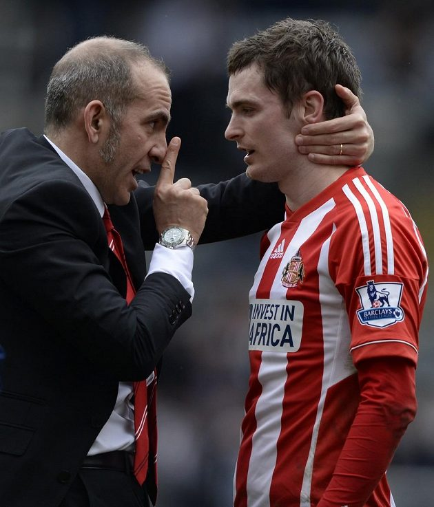 Paolo Di Canio udílí taktické pokyny útočníkovi Sunderlandu Adamu Johnsonovi.