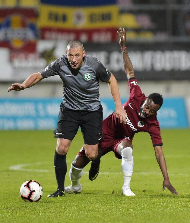 Příbramský útočník Miroslav Slepička a Guélor Kanga ze Sparty během utkání nejvyšší fotbalové soutěže.