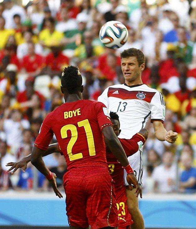 Německý kanonýr Müller hlavičkuje v duelu s Ghanou.