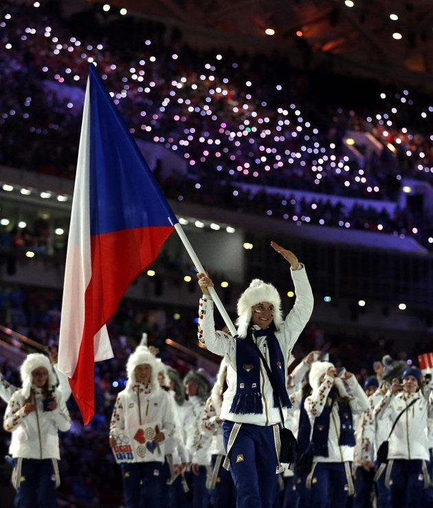 Lyžařka Šárka Strachová v roli vlajkonošky české výpravy při slavnostním zahajovacím ceremoniálu ZOH v Soči.