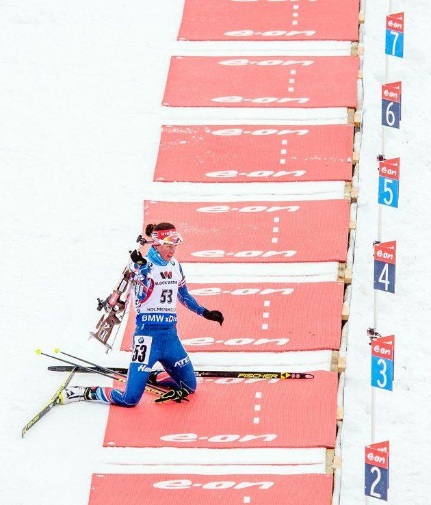 Veronika Vítková na střelnici během vytrvalostního závodu na 15 km na MS v biatlonu.