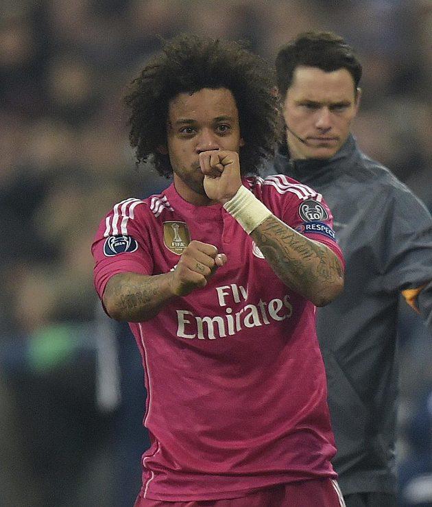 Marcelo z Realu Madrid slaví svůj nádherný gól proti Schalke 04.