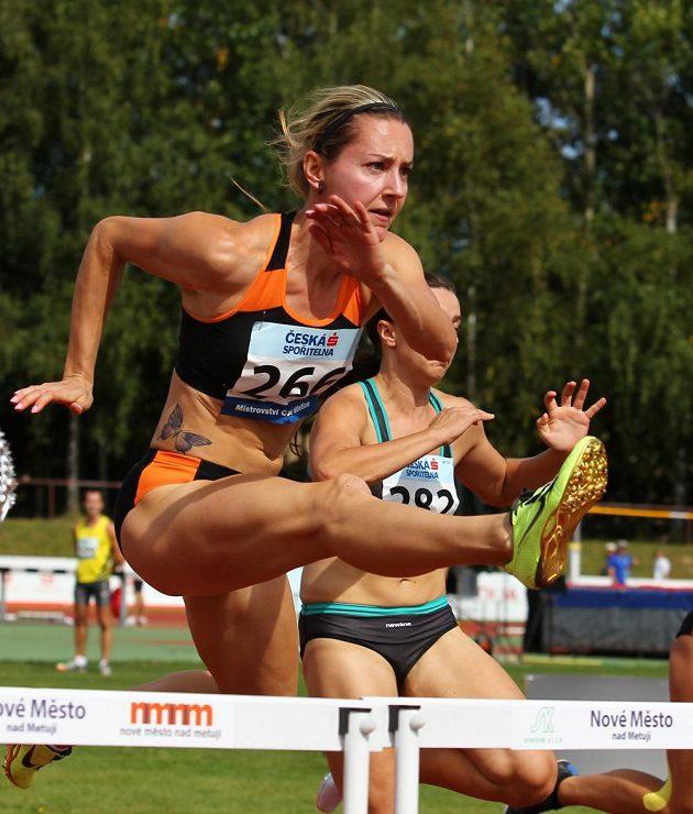 Denisa Rosolová si při mistrovství republiky družstev vyzkoušela i stovku překážek.