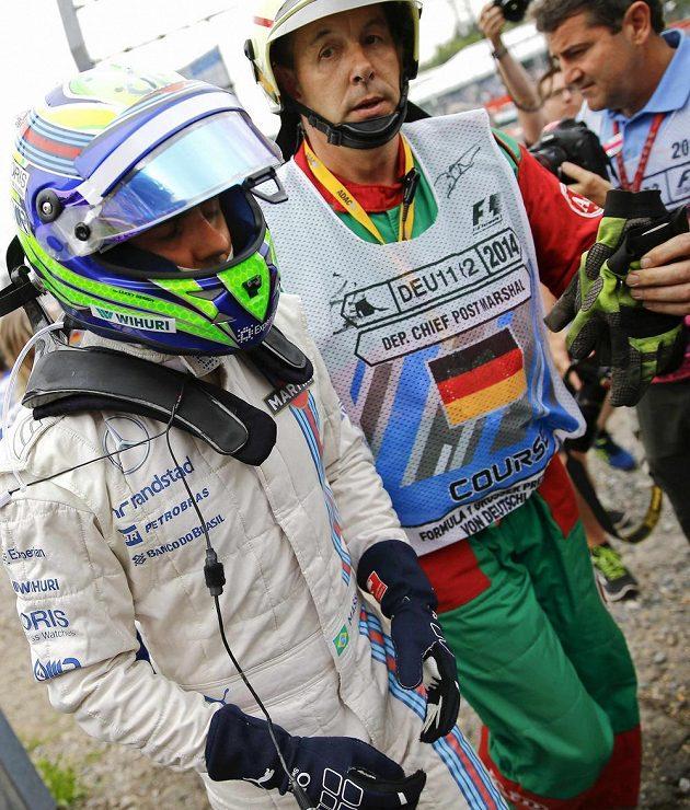 Felipe Massa opouští svůj zdemolovaný monopost Williams.