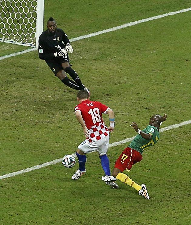 Chorvat Ivica Olič (18) při gólové situaci proti Kamerunu.