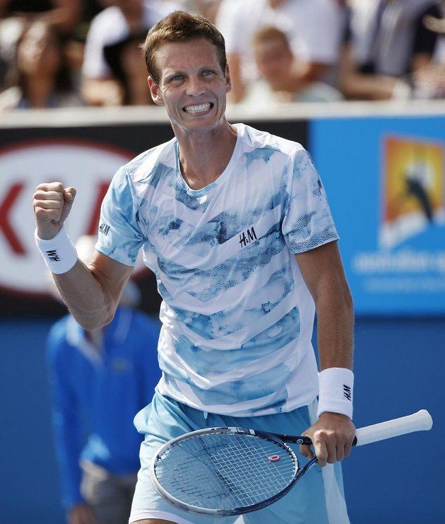 Tomáš Berdych se raduje z vítězství nad Kolumbijcem Alejandrem Fallou a postupu do druhého kola Australian Open.