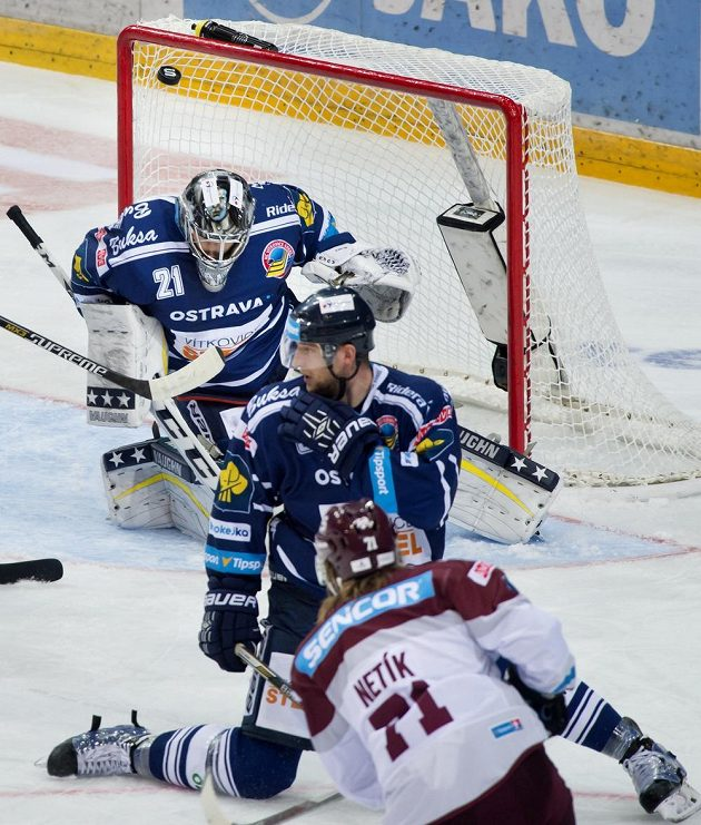 Útočník Sparty Tomáš Netík (vpředu) překonává brankáře Vítkovic Pavla Kantora. Uprostřed je obránce Tomáš Pastor.