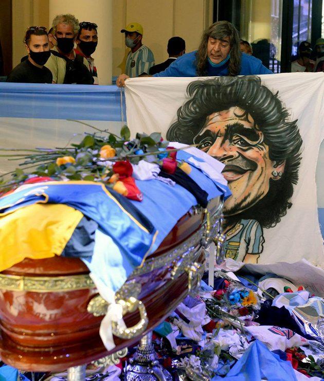 Fanoušci se v Buenos Aires přišli rozloučit s Diegem Maradonou do prezidentského paláce.