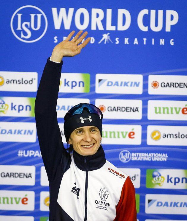 Martina Sáblíková na stupních po triumfu na 3000 m v Calgary.