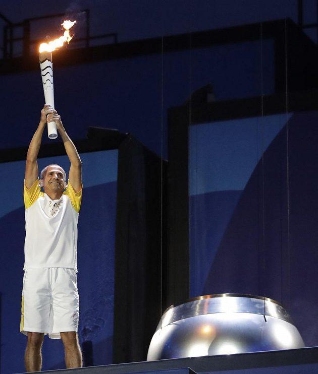 Bývalý maratónec Vanderlei de Lima se chystá zapálit olympijský oheň.