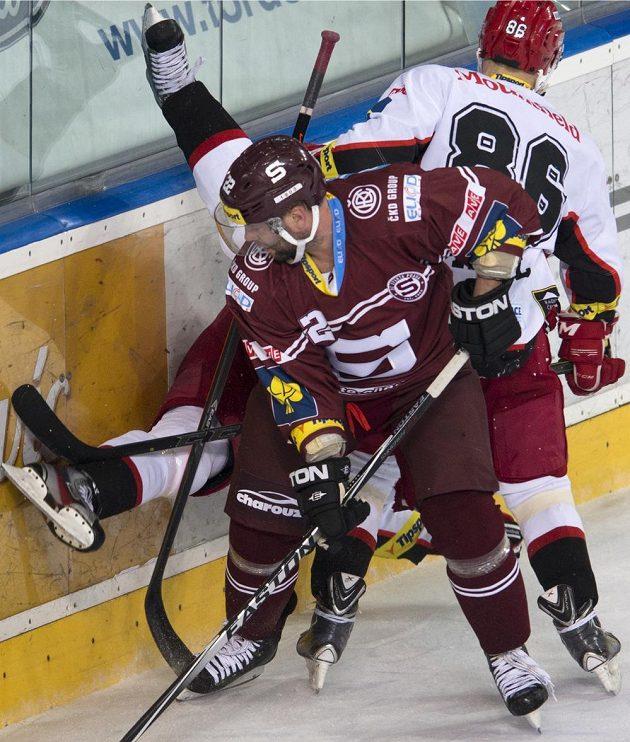 Hokejový útočník Josef Straka v dresu Sparty během utkání s Hradcem Králové.