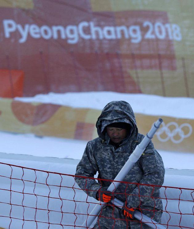Mrazivé počasí a silný vítr přinutily pořadatele odložit obří slalom žen.