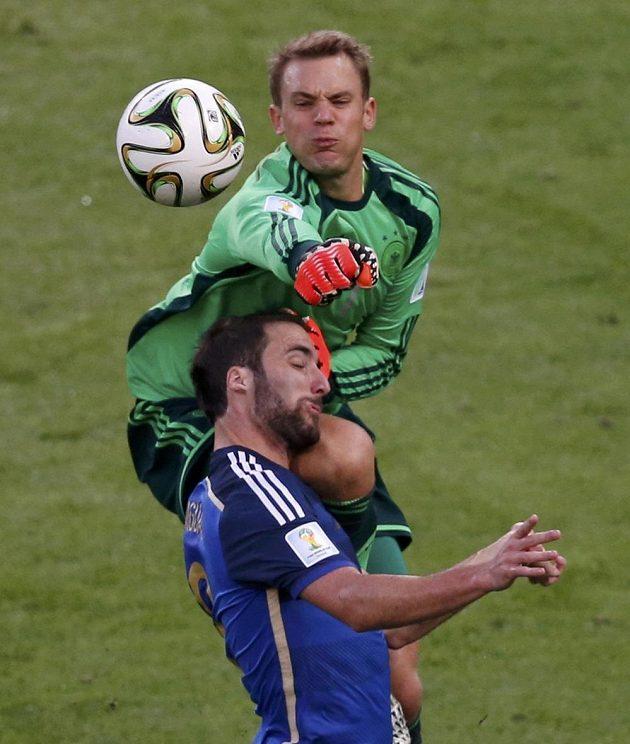 Manuel Neuer (nahoře) vyrazil z německé brány a důrazně šel do souboje s Argentincem Gonzalem Higuaínem.