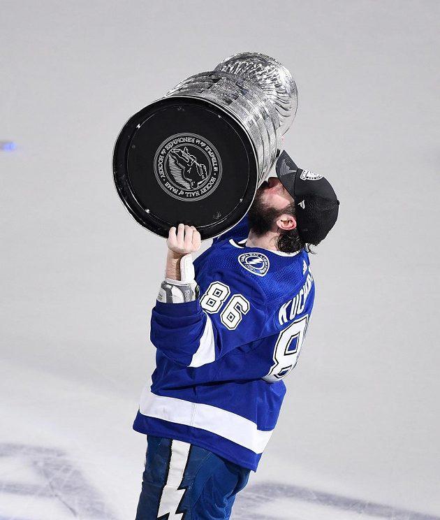 Útočník Tampy Bay Lightning Nikita Kučerov se Stanley Cupem.