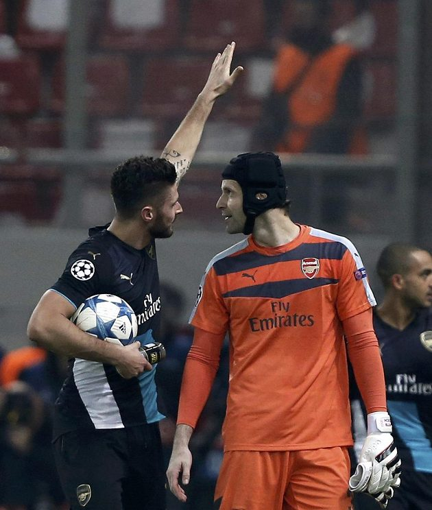 Střelec tří gólů Arsenalu Olivier Giroud a brankář Petr Čech se radují po výhře v Pireu.
