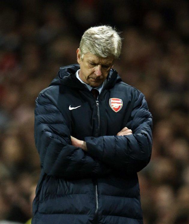 Zachmuřený Arséne Wenger, kouč fotbalistů Arsenalu.