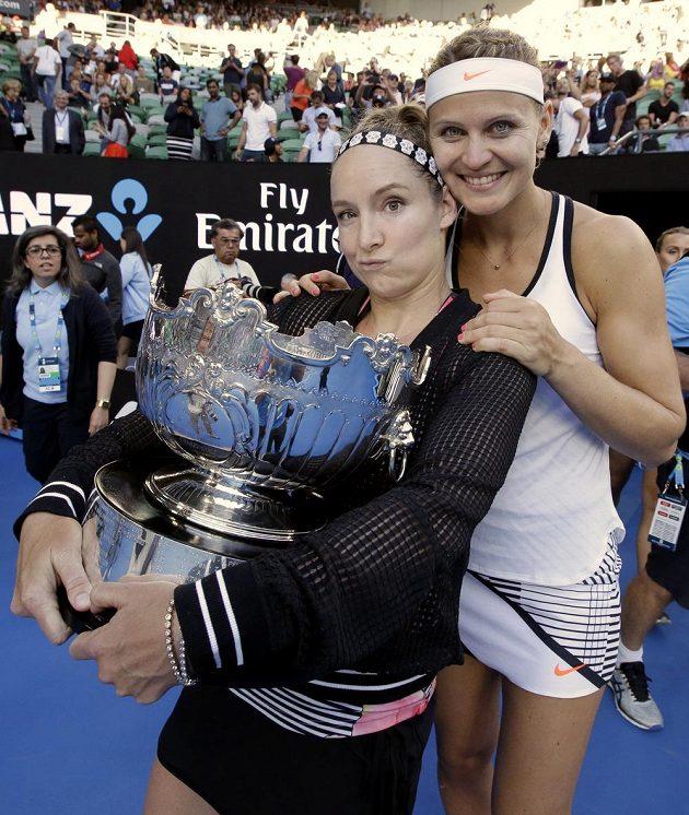 Bethanie Matteková-Sandsová (vlevo) a Lucie Šafářová se radují z triumfu v Melbourne.