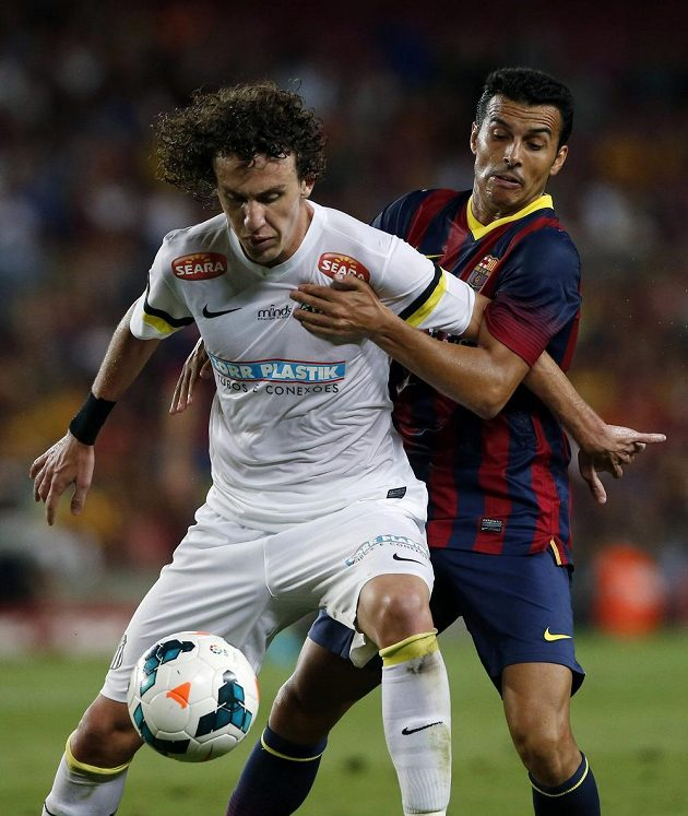 Galhardo ze Santosu bojuje o míč.