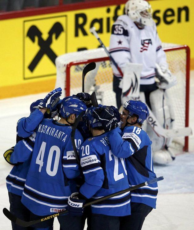 Finští hokejisté slaví úvodní gól proti USA.