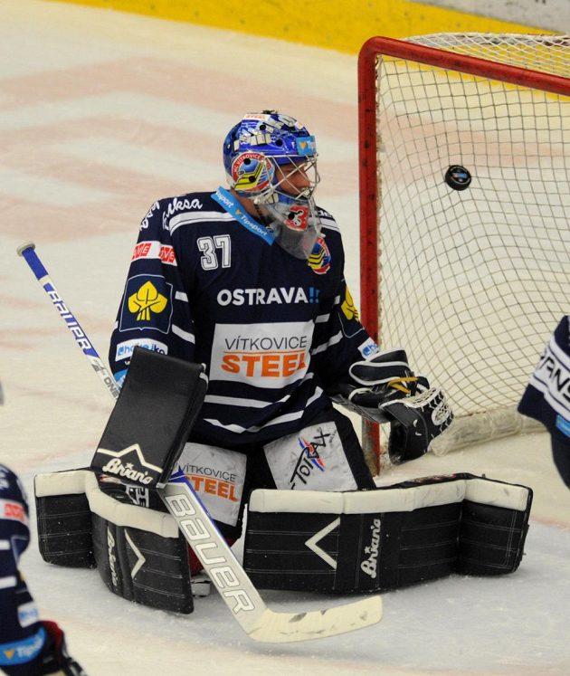 Vítkovický brankář Daniel Dolejš dostává druhý gól v Chomutově.