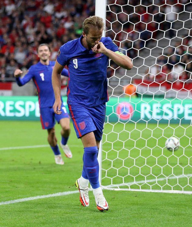 Anglický fotbalový útočník Harry Kane slaví gól, který vstřelil na půdě Maďarska v kvalifikaci MS 2022.