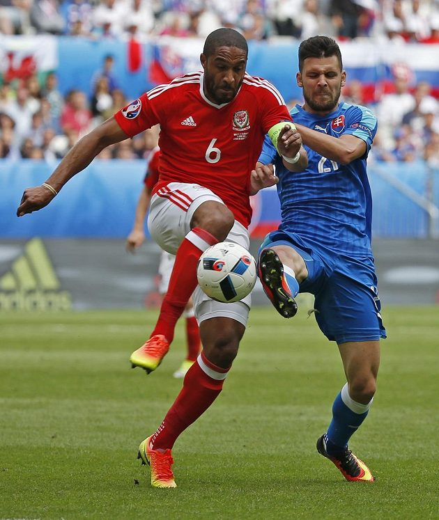 Ashley Williams z Walesu (vlevo) v souboji o míč se Slovákem Michalem Ďurišem.