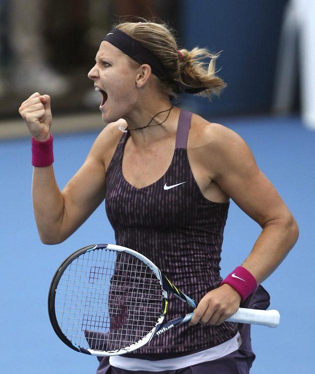 Lucie Šafářová se raduje po vítězství nad Carolinou Wozniackou.
