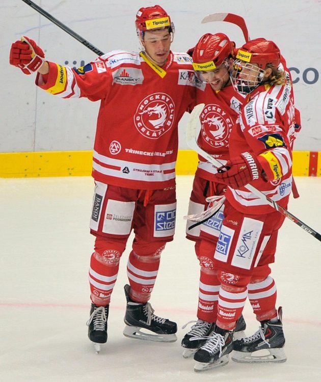 Třinečtí hráči (zleva) Marek Růžička, Milan Doudera a Lukáš Jašek se radují z druhé branky v utkání proti Karlovým Varům.