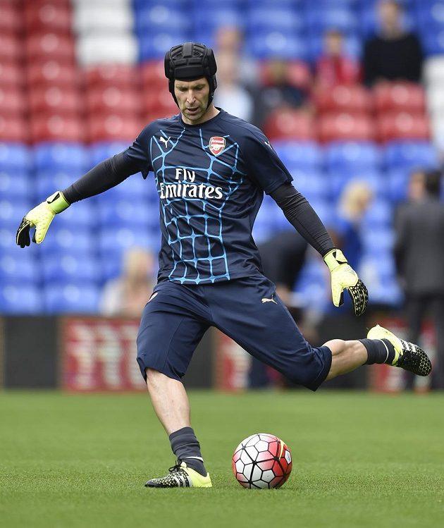 Petr Čech z Arsenalu při rozcvičení před zápasem s Crystal Palace.