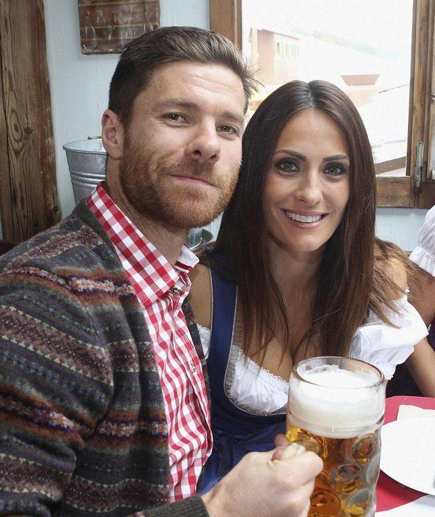 Fotbalista Bayernu Mnichov Xabi Alonso s manželkou ma tradičním Oktoberfestu.