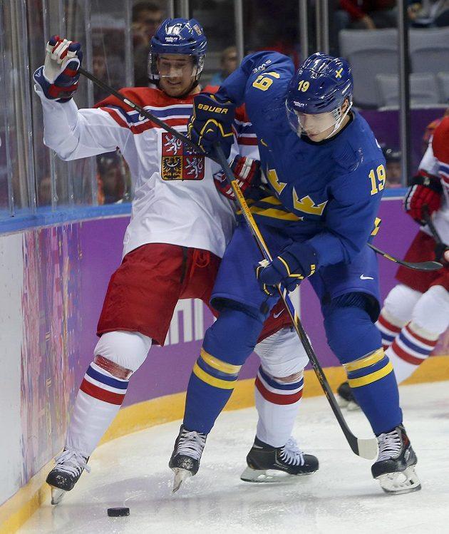 Roman Červenka (vlevo) bojuje o puk se Švédem Nicklasem Bäckströmem.