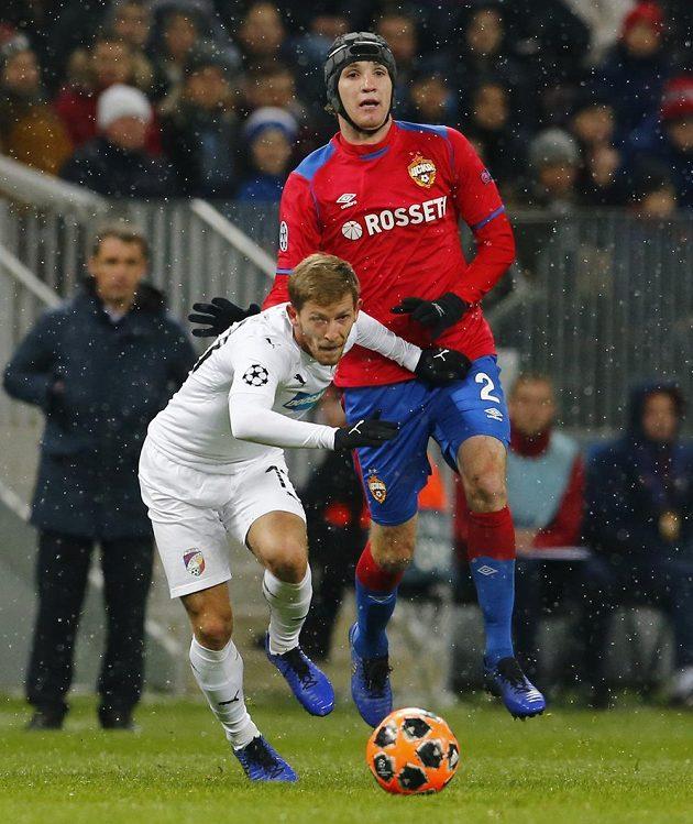 Plzeňský fotbalista Patrik Hrošovský (vlevo) se snaží odpoutat od Maria Fernandese u CSKA Moskva v utkání Ligy mistrů.